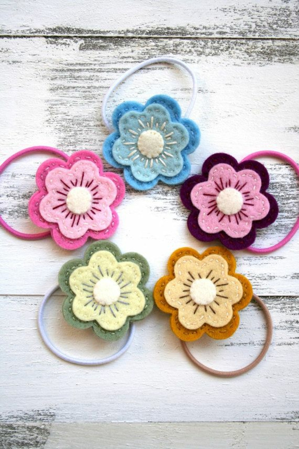 filzblumen selber machen diy deko ideen gummibändchen basteln haargummis