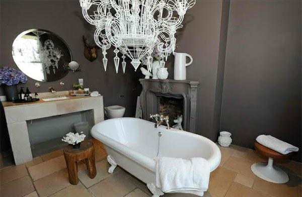 freistehende badewannen weiß elegant viktorisnischer badezimmer kronleuchter kamin