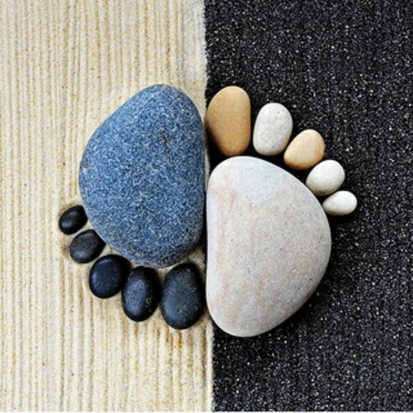 gartendekoration steinfüsse schwarz weiß