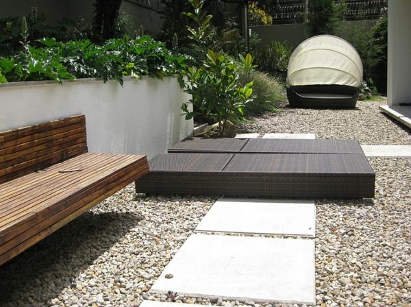 gartengestaltung patio loungebett holzbank