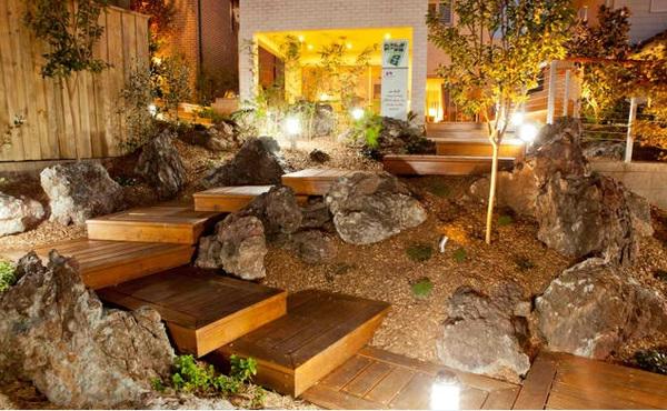 gartentreppe stein holz landschaftsbau garten beleuchtung