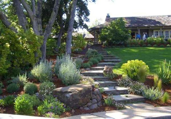 gartentreppe stein holz landschaftsbau garten grün