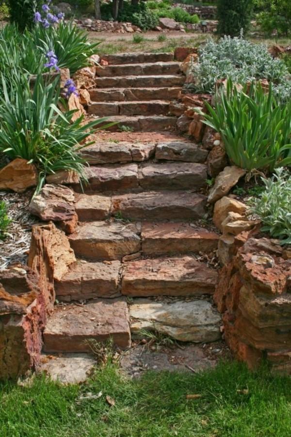gartenweg aus natursteinen