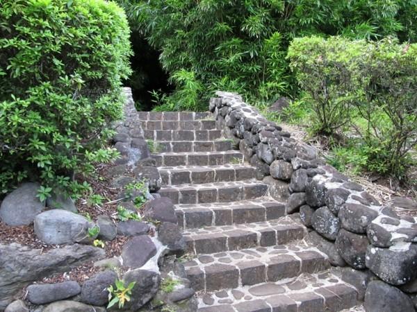 gartenweg aus steinen