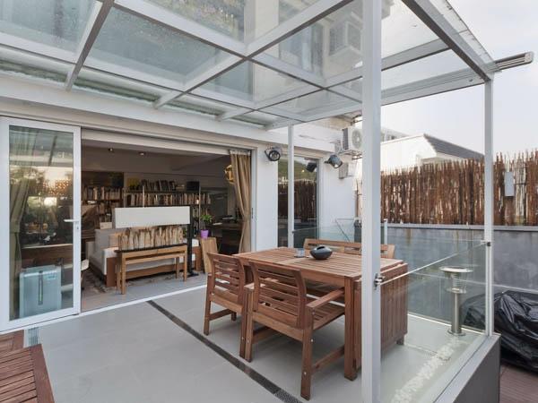 glaspergola terrassengestaltung beispiele sonnenliege esstisch mit stühlen