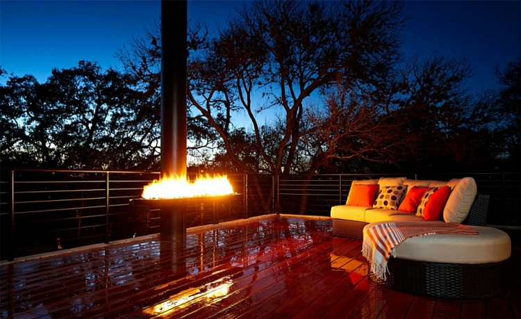 grüne architektur terrasse holzboden lounge möbel kamin nachtsüber