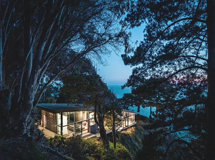 grüne-architektur-und-design-architektenhaus-pazifikküste-kliff-nachtsüber