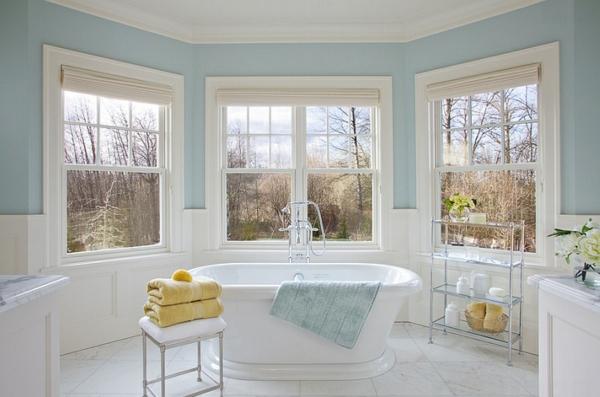 blau und weiß badezimmer gelbe akzente