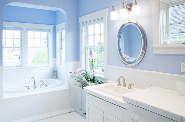 innendesign blau weiß badezimmer luxuriös runder spiegel