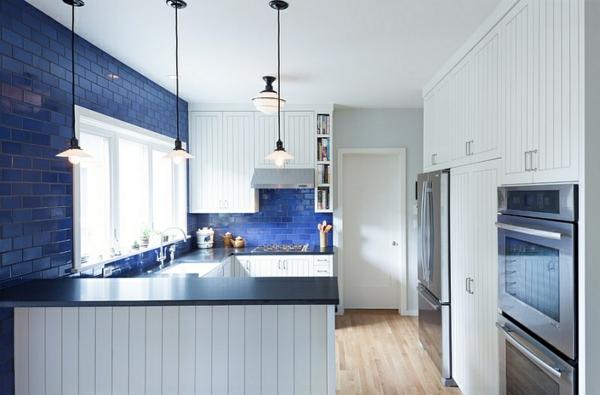 blau und weiß küche pendelleuchten ziegelwand