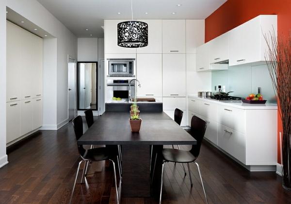 küchen weiße schränke schwarzer tisch stühle rote wand