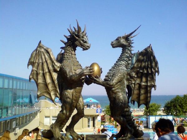 berühmte kunstwerke skulpturen verliebte drachen bulgarien