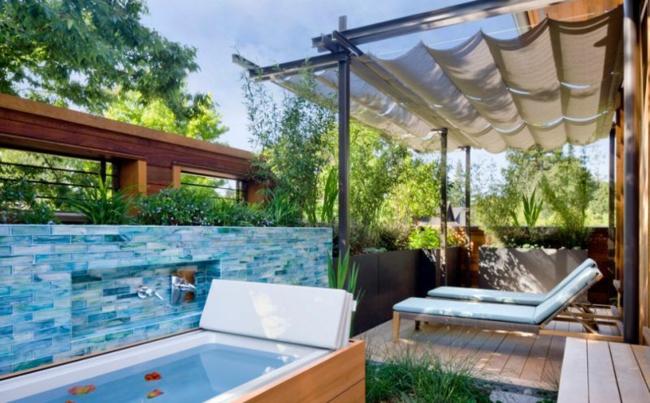 luxushaus wellness badewanne mit whirlpool rund außenbereich pergola sonnenliegen