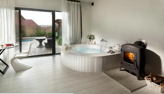 luxushaus wellness badewanne mit whirlpool rund holz bodenbelag