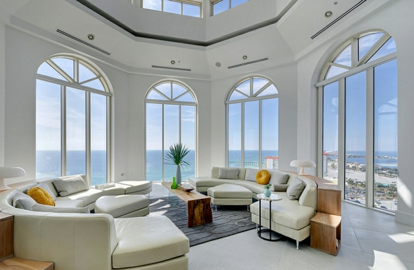 modern-wohnzmimer-groß-sofa-wohnen-lampen