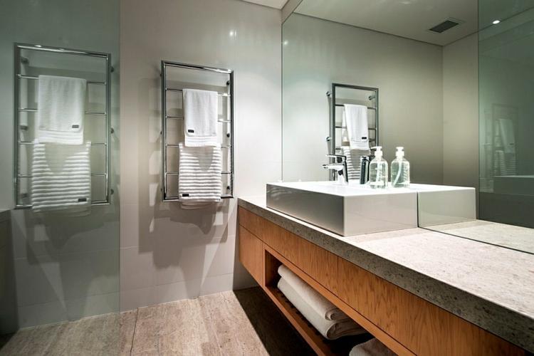 moderne badezimmer marmor holz tuchtrockner waschbecken holzunterschränke