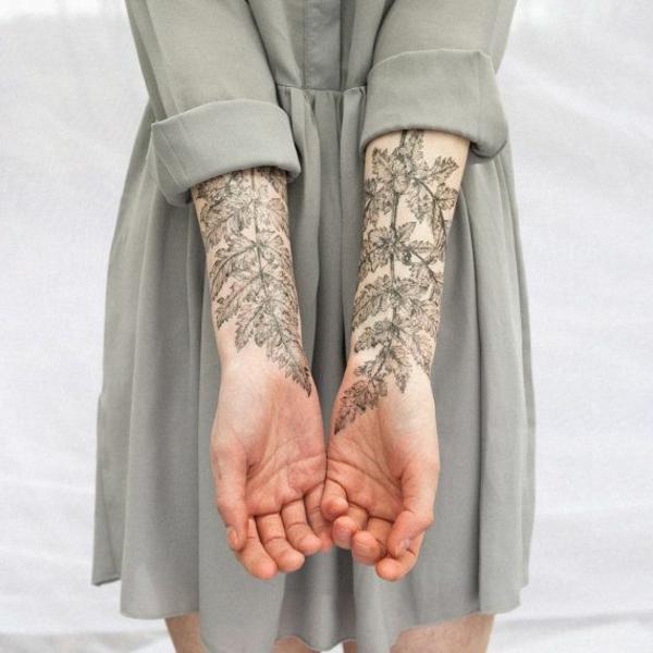 ideen für unterarm tattoo frau pflanzen