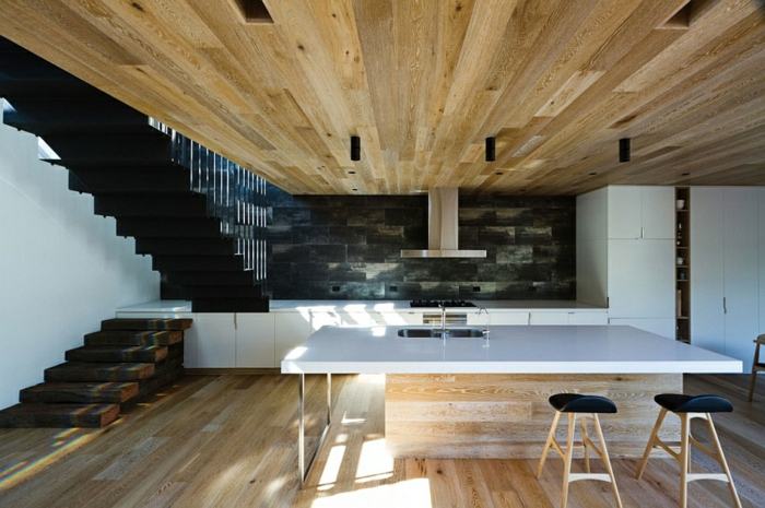 Moderne inneneinrichtung aus holz in einem open house in - Moderne holzdecken beispiele ...