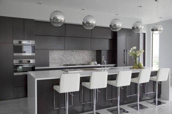 küche silberne pendelleuchten küchenblock freistehend barhocker