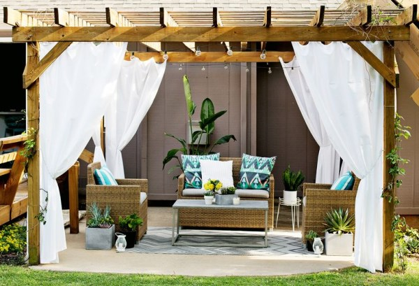 Moderne Terrassengestaltung Rattan Möbel Holzpergola Gardinenideen