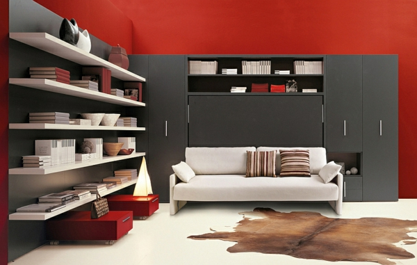 wohnideen klappbett schrankbett weißes sofa rote wandgestaltung