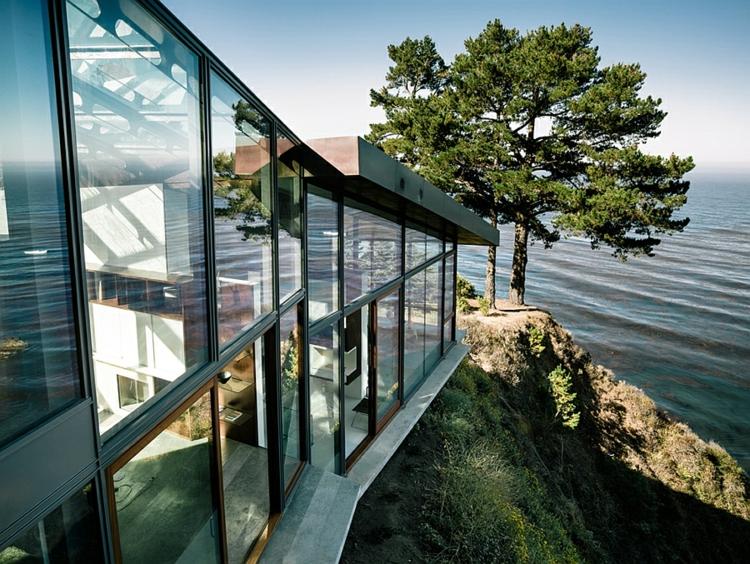 modernes-architektenhaus-glaswände-pazifikküste-kliff-grüne-architektur