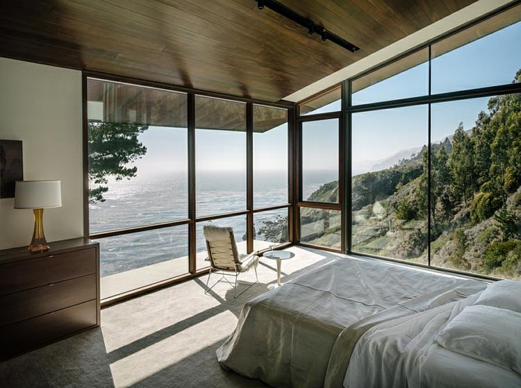 modernes-architektenhaus-glaswände-schlafzimmer-nachhaltige-architektur
