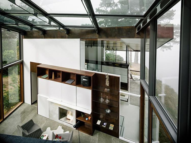 modernes-architektenhaus-mit-meerblick-glaswände-wohnwand-regalsysteme-aus-holz