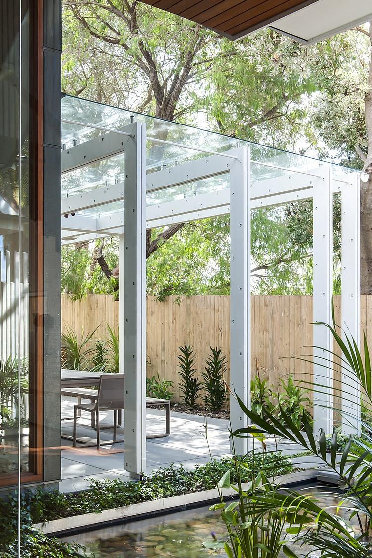 modernes haus außenbereich gestalten verglaste veranda glaspergola gartenteich gartenzaun