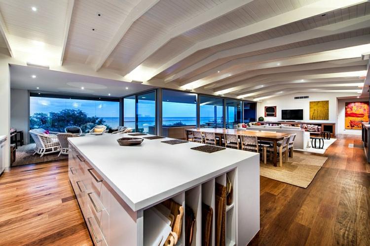 modernes haus strandhaus moderne küche gestalten kücheninsel mit stauraum holzboden