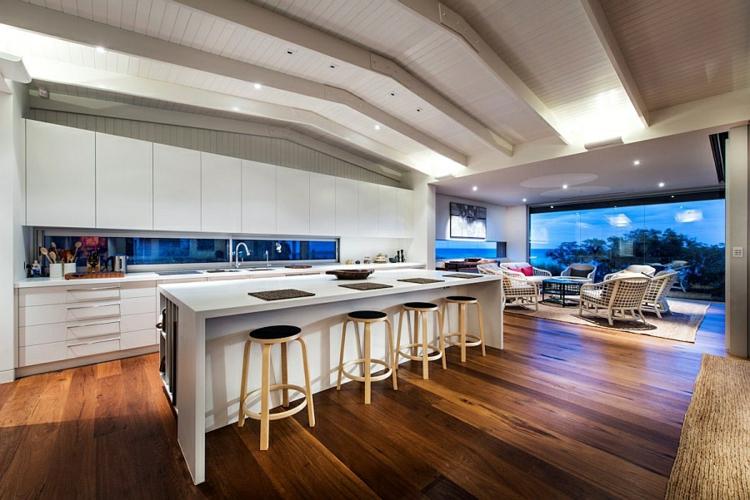 modernes haus strandhaus moderne küche offener wohnplan holzboden verlegen