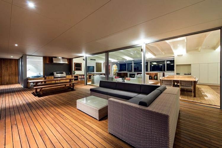 modernes haus strandhaus moderne terrassengestaltung rattanmöbel holzboden