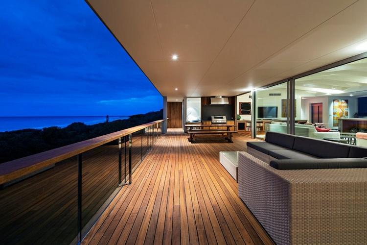 modernes haus strandhaus terrasse mit mehrblick rattanmöbel holzboden