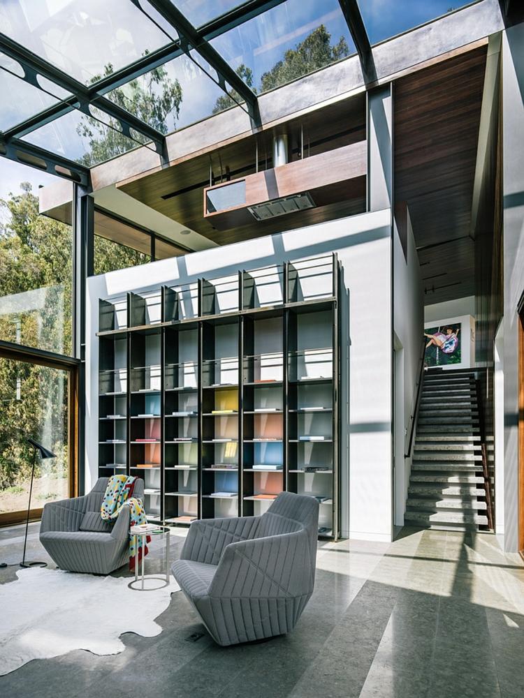 modernes-nachhaltiges-glaswände-glasdecke-holzregale-designer-möbel-relaxsessel