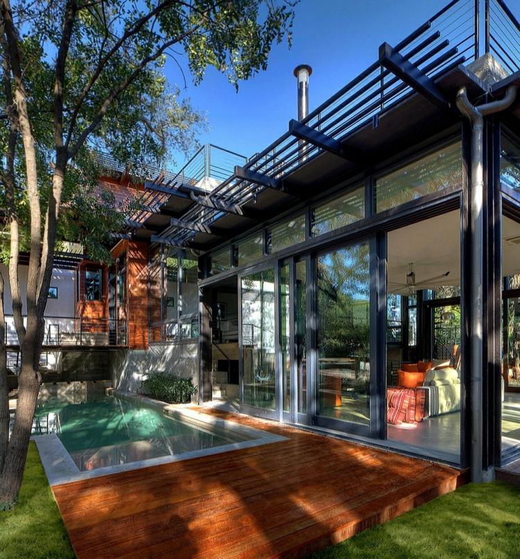 nachhaltige architektur grüne residenz terrassendielen gartenpool holz glas