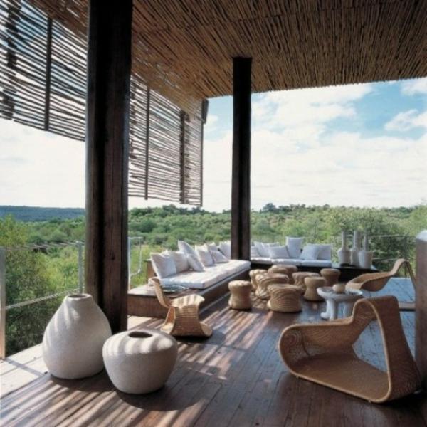 nachhaltige-architektur-terrassengestaltung beispiele rattan möbel holzboden sicht und sonnenschutz aus bambus