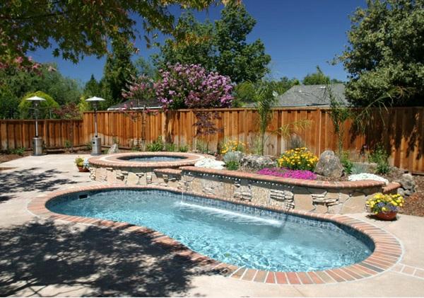 Nierenförmiger Garten Pool Betonplatten Whirpool Sprudelbad Pflanzen  Sichtschutz