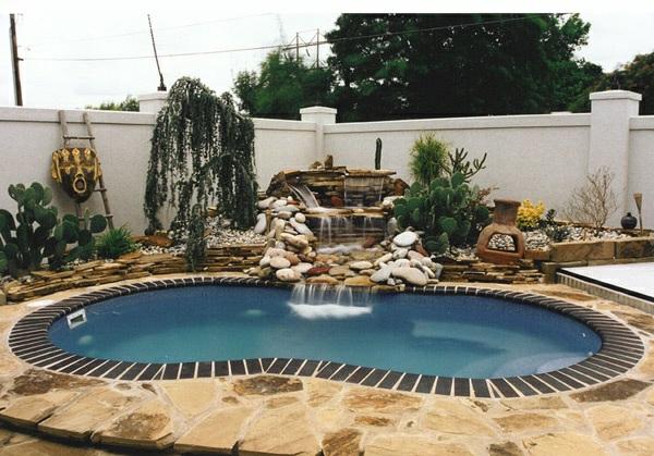 Fesselnd Pool Im Garten Nierenförmig Gartengestaltung Mit Steinen Wasserspiele  Pflanzen