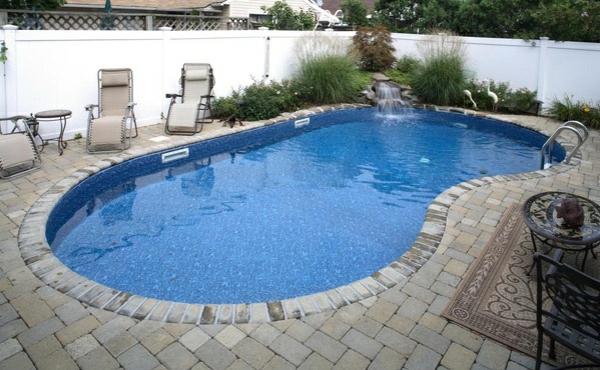 Pool Im Garten Nierenförmig Gartenmöbel Sonnenliegen Wasserfall Sitzecke