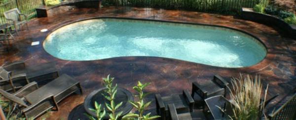 pool im garten nierenförmig gartenmöbel sonnenliegen