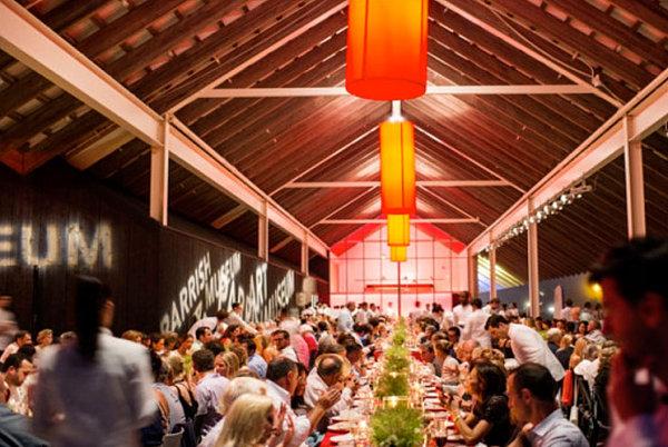 restaurant event tischdecke rot tischdeko stylische blumendeko ron wendt design