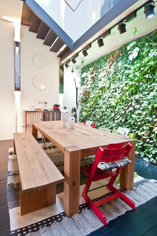 rustikale-terrassengestaltung essbereich esstisch holzbank stühle läufer terrassendielen vertikale garten