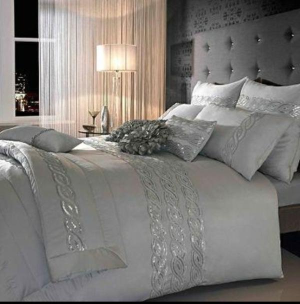 schlafzimmer design luxuriös wandfarbe grautöne bett gardinen beige