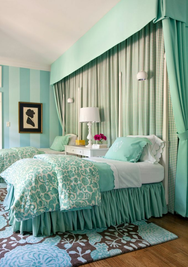 schlafzimmer schlafzimmerwand gestalten in türkis gardinen