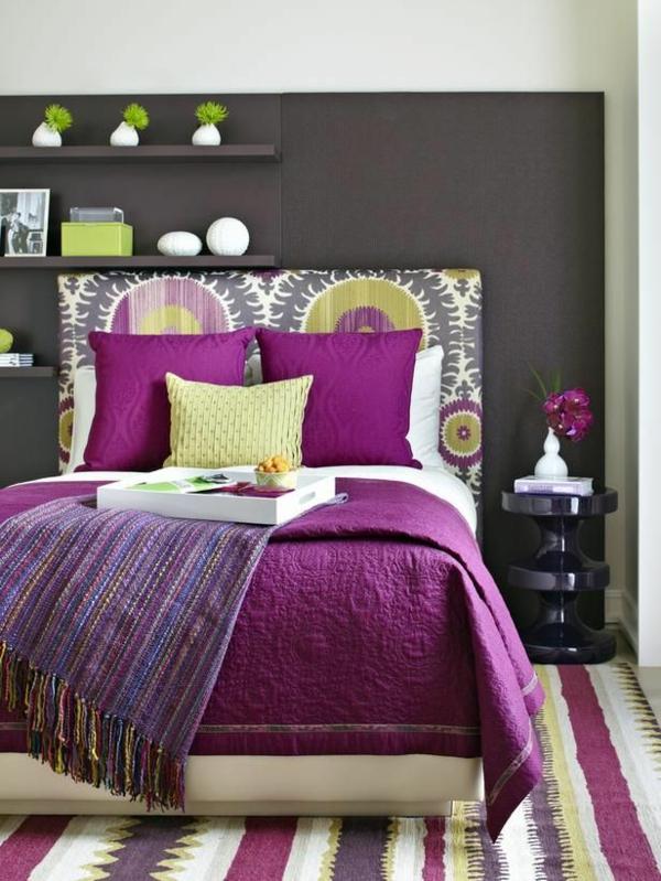 schlafzimmer design wandfarbe grautöne bett teppich lila akzente