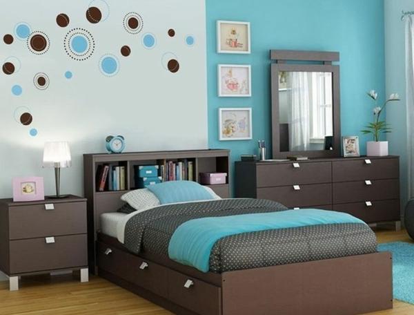 schlafzimmer farbideen wandgestaltung blau tagesdecke brauntöne