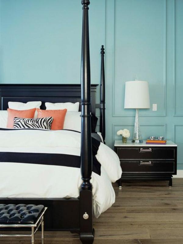 schlafzimmer gestalten farbideen blaue wandfarbe bettpfosten schwarz