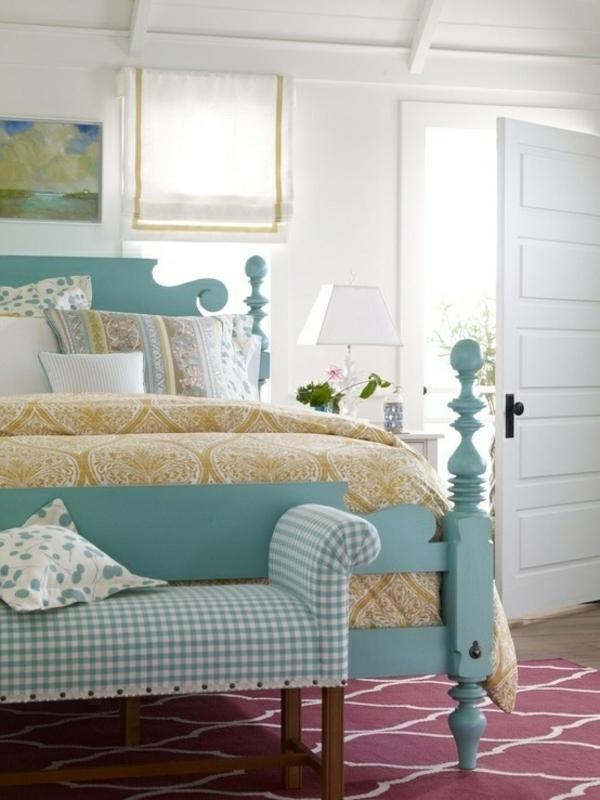 schlafzimmer gestalten farbideen wandfarbe weiß bettpfosten mintgrün ottomane