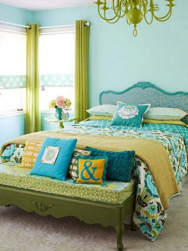 schlafzimmer ideen farbgestaltung sommerpalette bett grüner kronleuchter