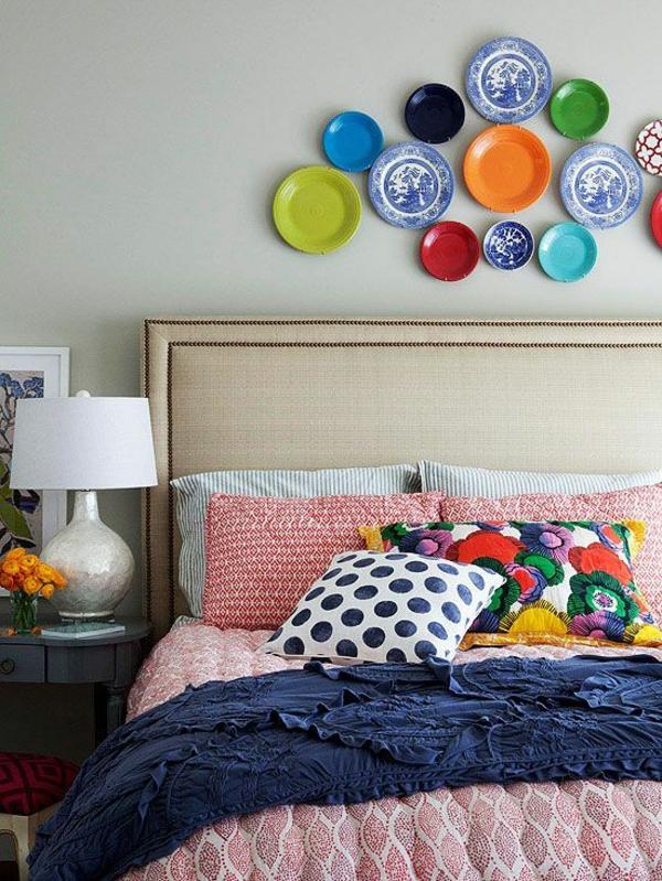 schlafzimmer farbgestaltung sommerpalette farbige teller an der wand